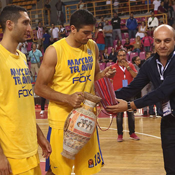 The Deputy Mayor of Heraklion Mr. Vardavas Kostas, awards the second-place trophy to the captain of Maccabi Tel Aviv, Itay Segev.