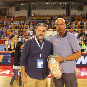The President of EKASK Mr. Markakis Mpampis, awards the third-place trophy to the team of KK Crvena Zvezda.